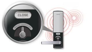 An toàn hơn trong trường hợp khẩn cấp với các tính năng của Samsung Smart Door Lock đảm bảo an: Sau khi vượt qua nhiều thử nghiệm bao gồm chịu dâng điện cao thế, kịch bản mất cắp mô phỏng, và lửa với kết quả ấn tượng, an ninh của một người được đảm bảo với chất lượng cao và công nghệ tiên tiến.  Trong trường hợp hỏa hoạn, và khi nhiệt độ đạt tới trên 60 độ C, hệ thống được thiết kế đặc biệt để kích hoạt báo động và mở cánh cửa qua đó cho phép người sử dụng để tự mở cửa bằng cách sử dụng đòn bẩy trong trường hợp các khóa mất chức năng điện tử của mình.