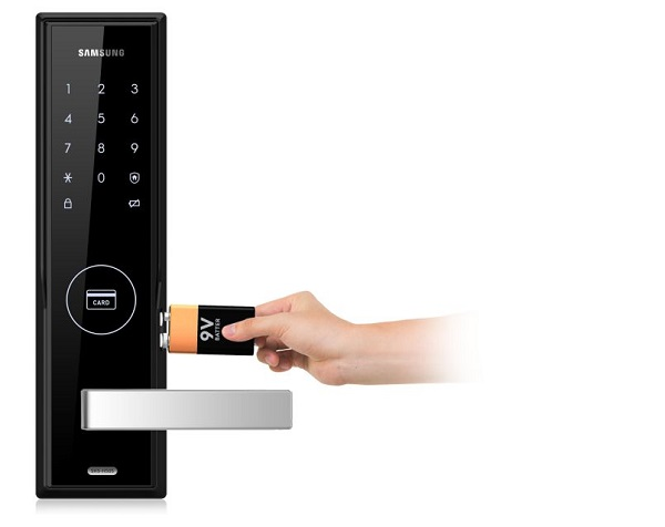 Cách xử lý khóa cửa vân tay hết pin tạm thời