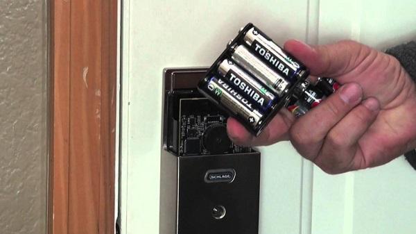 Lưu ý khi khóa cửa vân tay hết pin